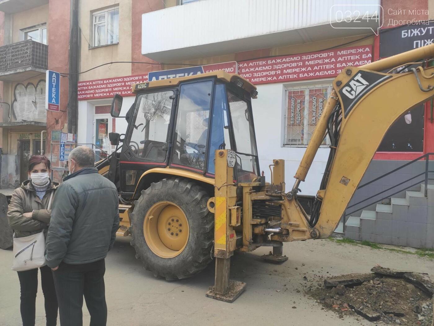 У центрі Дрогобича підприємці заблокували екскаватор, котрий проводив роботи по ремонту вулиці Шолом-Алейхема  , фото-1