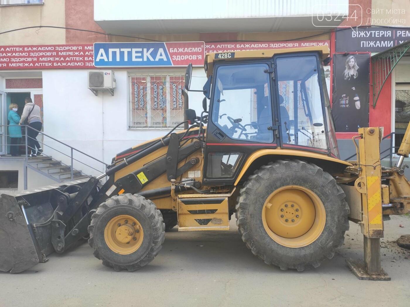 У центрі Дрогобича підприємці заблокували екскаватор, котрий проводив роботи по ремонту вулиці Шолом-Алейхема  , фото-2