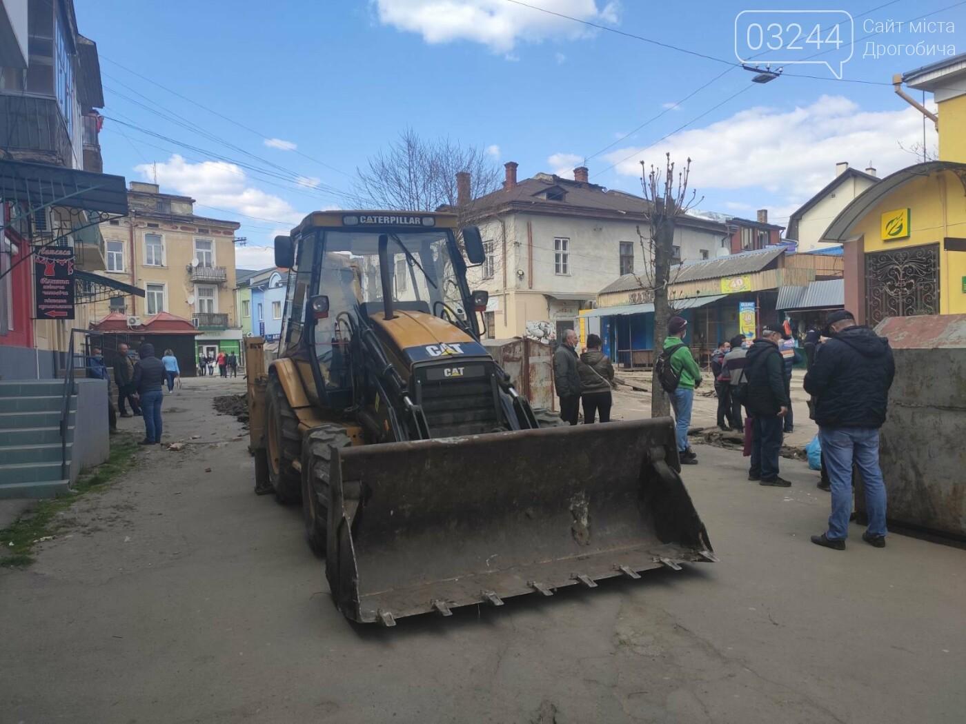 На вулиці Шолом-Алейхема у Дрогобичі комунальники демонтовують торгові ятки, фото-4