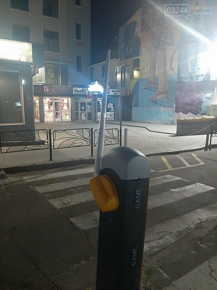 Не встигли встановити, як вже вдруге пошкодили шлагбаум в центрі міста, - ФОТО, фото-1