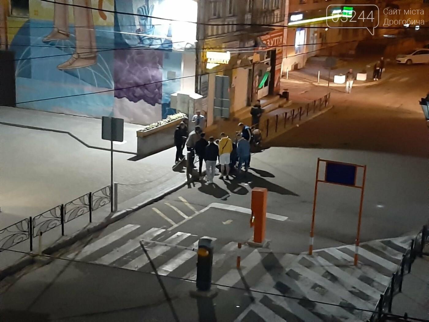 Не розминувся із шлагбаумом - вночі скутерист влетів у паркувальну систему на вулиці Мазепи, фото-1
