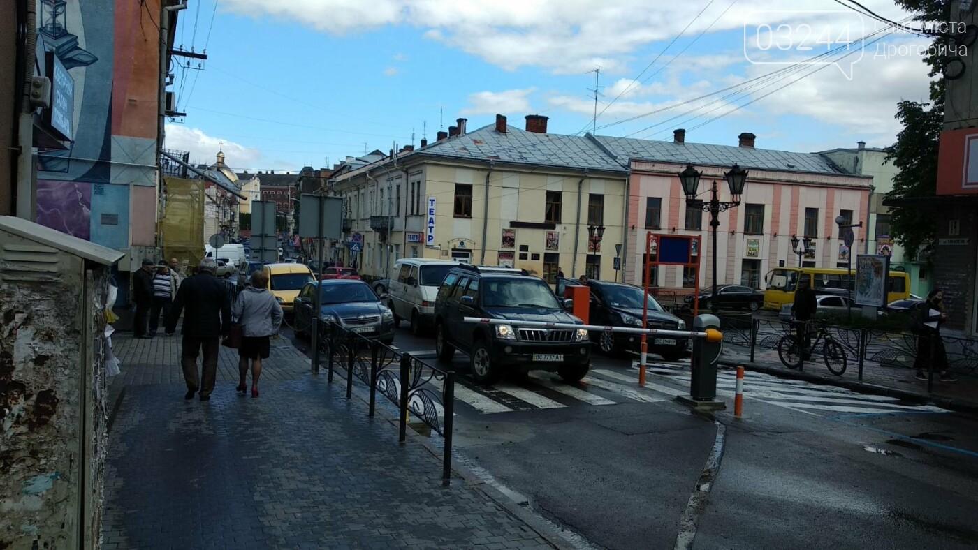 У Дрогобичі на вулиці Мазепи шлагбаум вийшов із ладу. В'їзд у центр заблоковано, фото-1