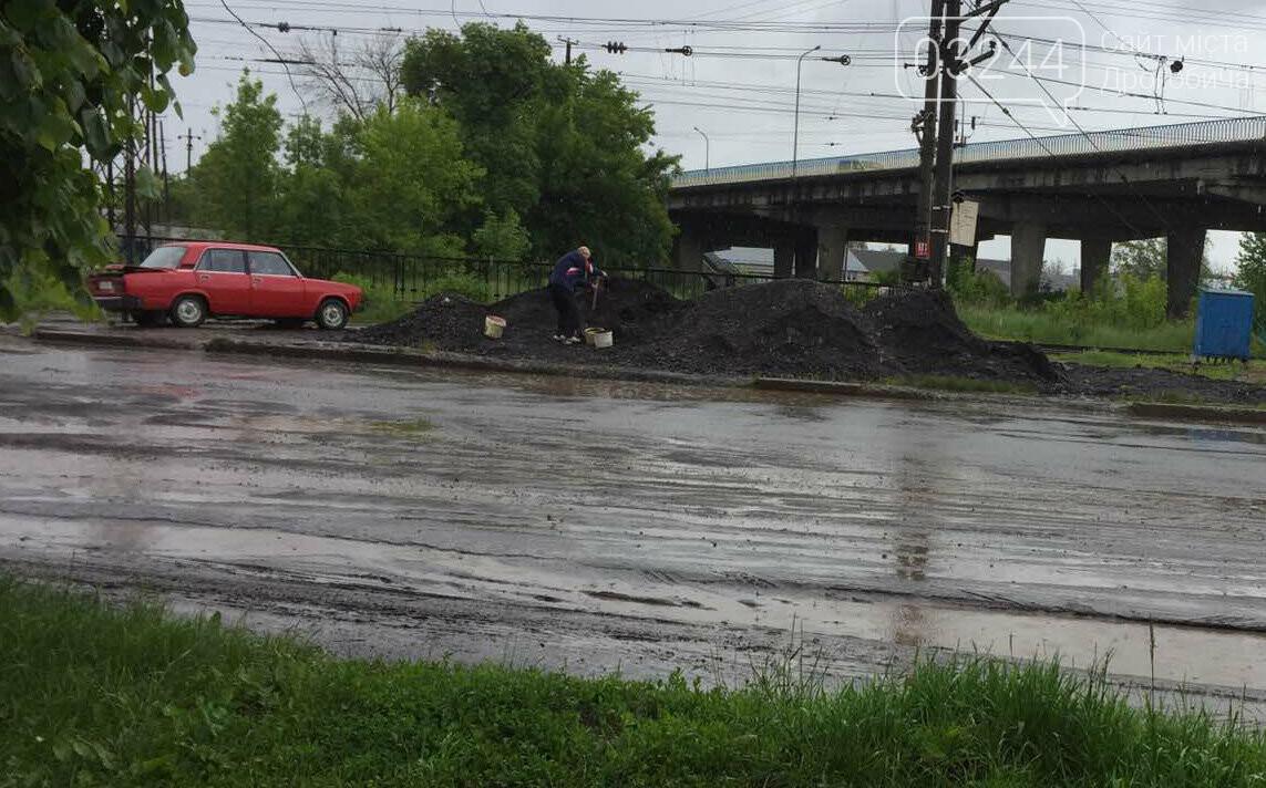 Фото дня. У Дрогобичі водій Жигулів насипав асфальтну суміш у багажник свого авто, фото-1