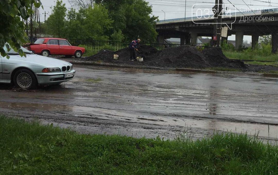 Фото дня. У Дрогобичі водій Жигулів насипав асфальтну суміш у багажник свого авто, фото-2