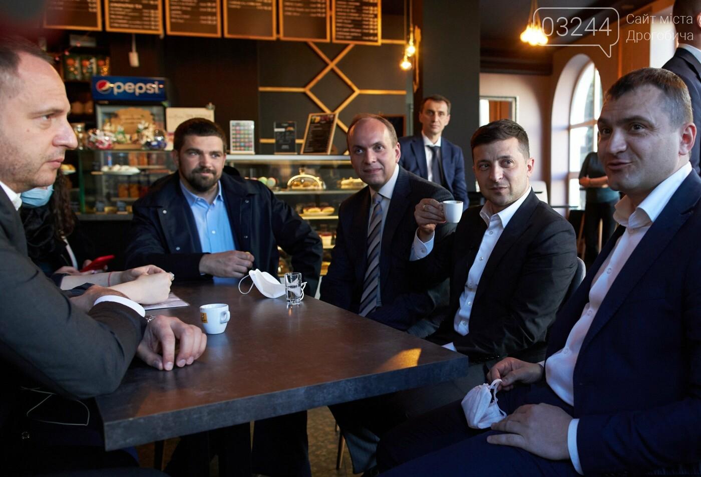 Володимир Зеленський та компанія чиновників порушили карантин у кав'ярні у Хмельницькому , фото-1