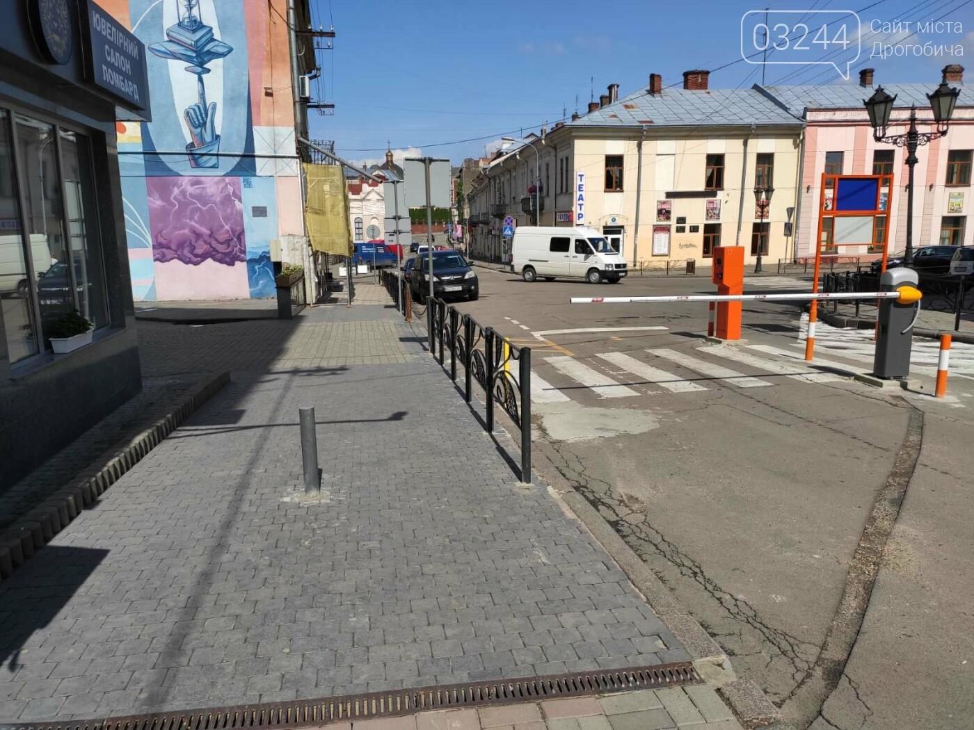 Фотофакт. Комунальники встановили додатковий обмежувач, щоб водії не об'їжджали шлагбаум по тротуарі, фото-2