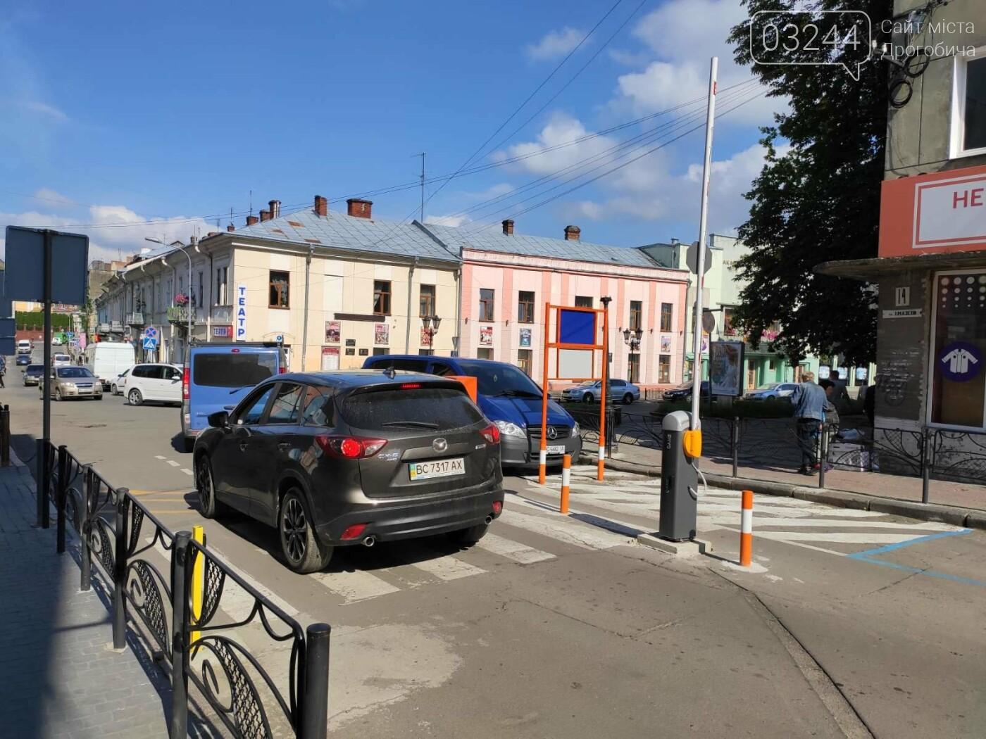 Фото дня. У Дрогобичі, на вулиці Мазепи, знову не працює шлагбаум паркувальної системи, фото-3