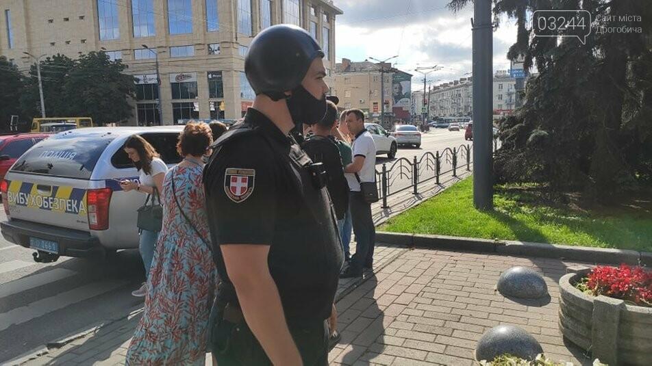 У Луцьку терорист захопив автобус із 20 заручниками, лунали постріли! Центр подій оточила поліція, фото-1