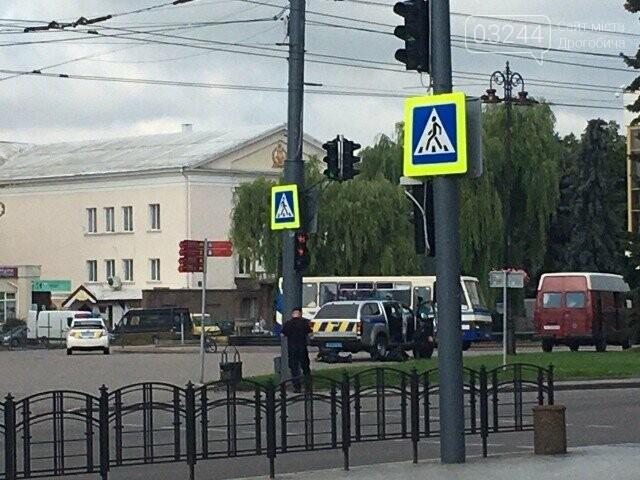 У Луцьку терорист захопив автобус із 20 заручниками, лунали постріли! Центр подій оточила поліція, фото-2