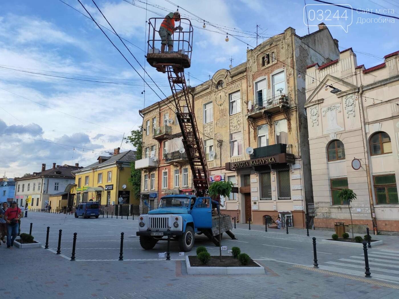 На вулиці Шолом-Алейхема комунальники встановили світлову ілюмінацію, - ФОТО ДНЯ, фото-1