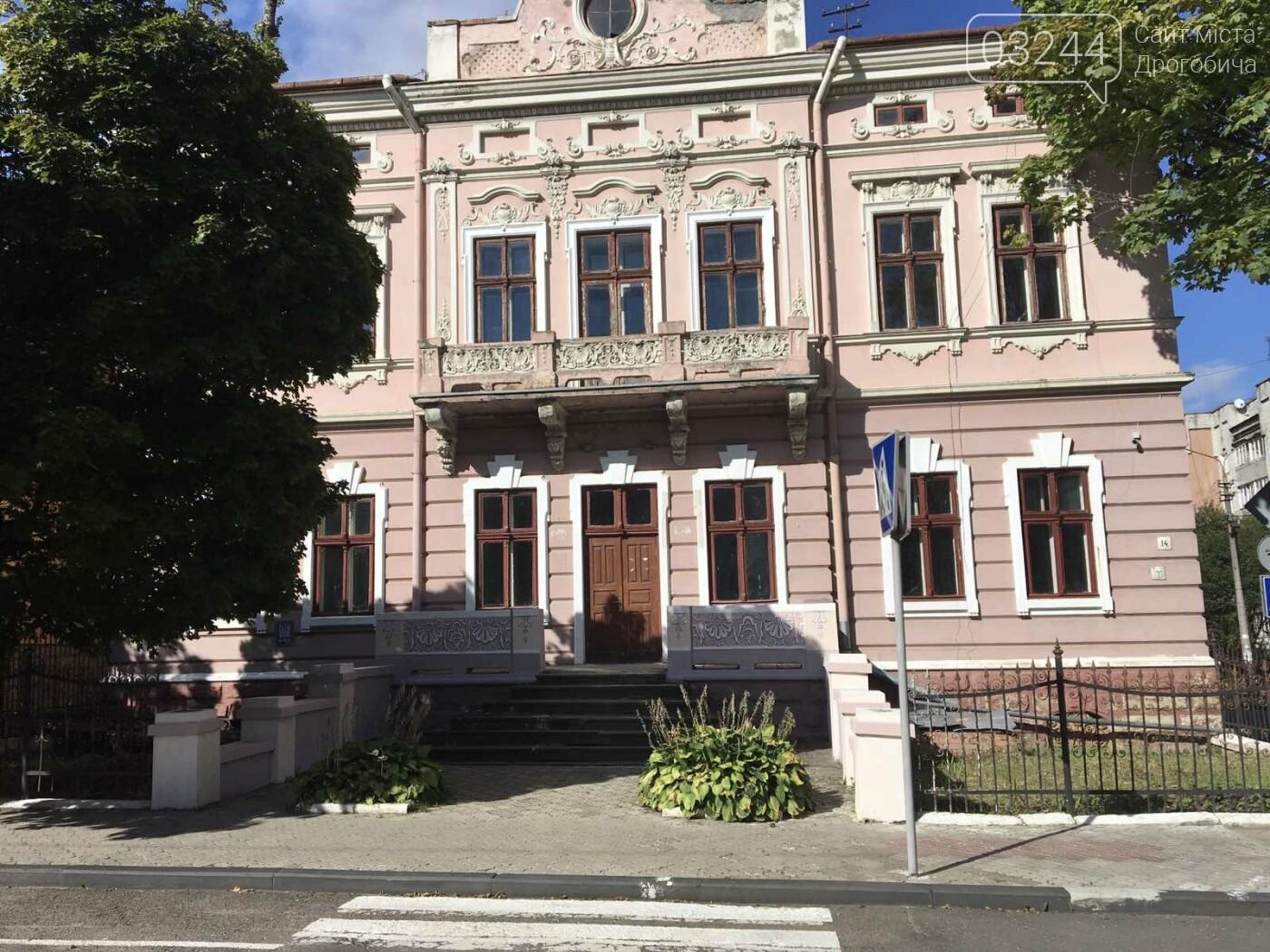 Студенка із Києва мріє відреставрувати старовинні двері вечірньої дрогобицької школи: продає листівки і збирає так кошти, фото-2