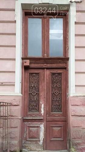 Студенка із Києва мріє відреставрувати старовинні двері вечірньої дрогобицької школи: продає листівки і збирає так кошти, фото-5