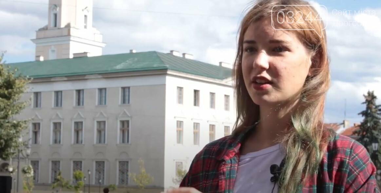 Студенка із Києва мріє відреставрувати старовинні двері вечірньої дрогобицької школи: продає листівки і збирає так кошти, фото-1