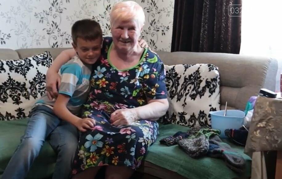 80-річна дрогобичанка Людмила Сидоренко зв'язала для українських воїнів 500 пар шкарпеток, - ВІДЕО, фото-1