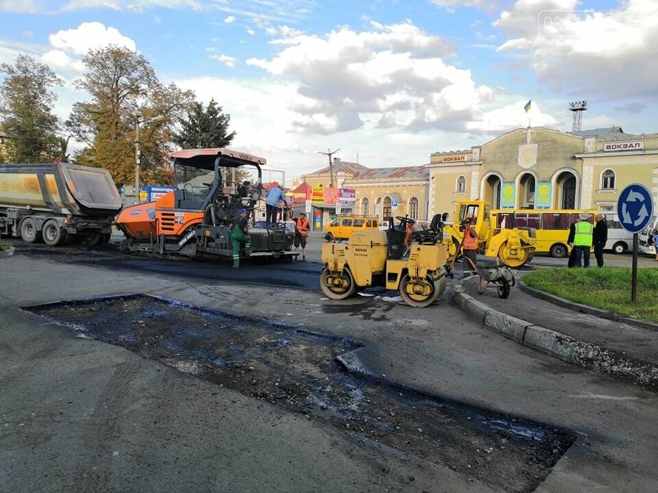 На площі Злуки ремонтують дорожнє покриття, фото-3