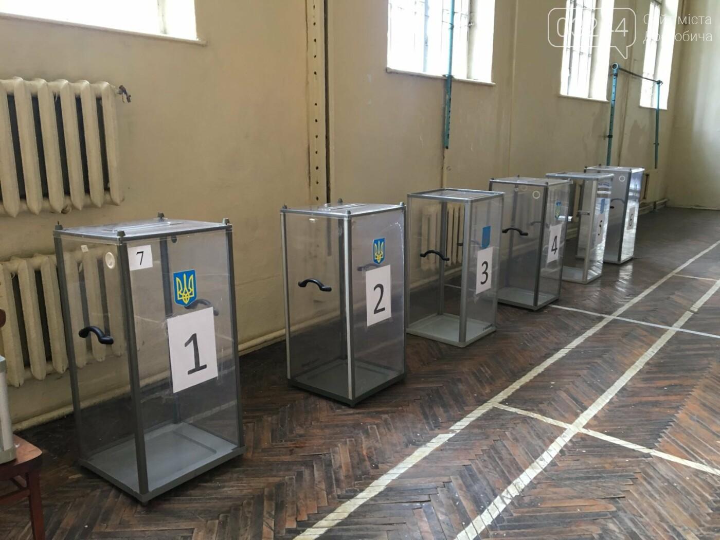До виборів готові: на дільницях Дрогобича встановили кабінки та урни і завезли бюлетені, - ВІДЕО, ФОТО, фото-2