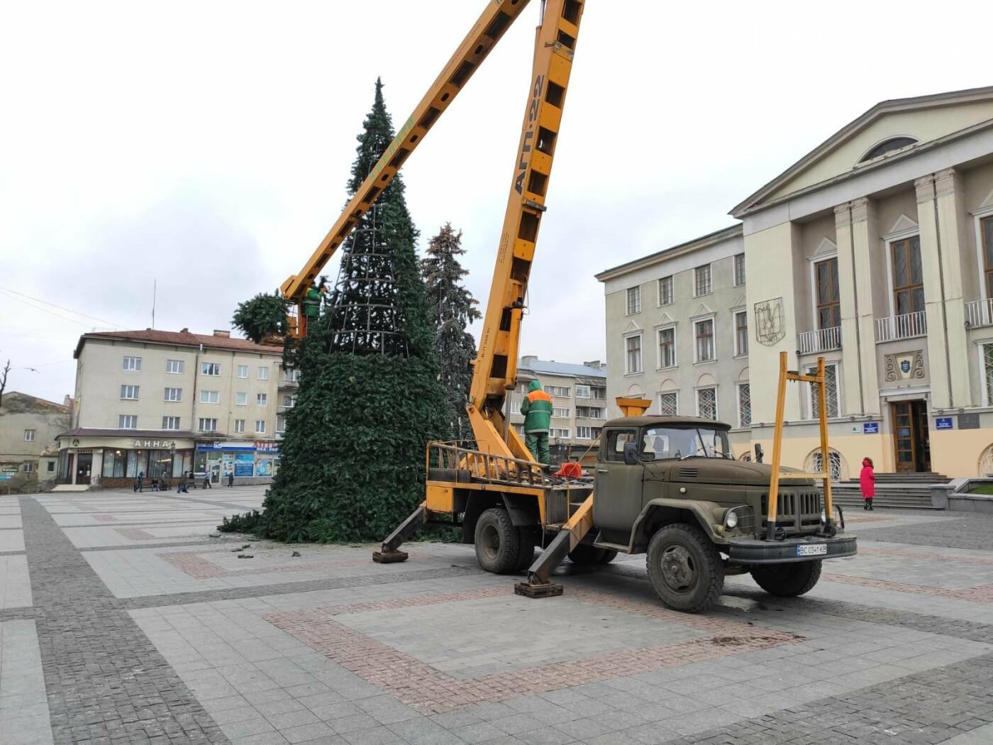 У Дрогобичі встановили новорічну ялинку, - ФОТО, фото-6