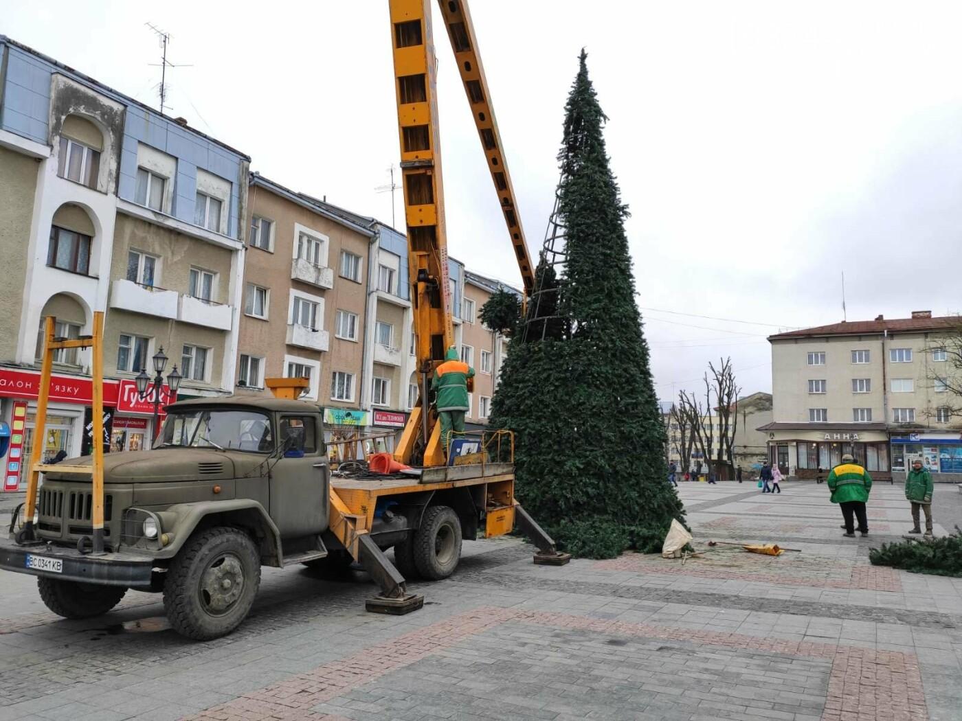 У Дрогобичі встановили новорічну ялинку, - ФОТО, фото-8