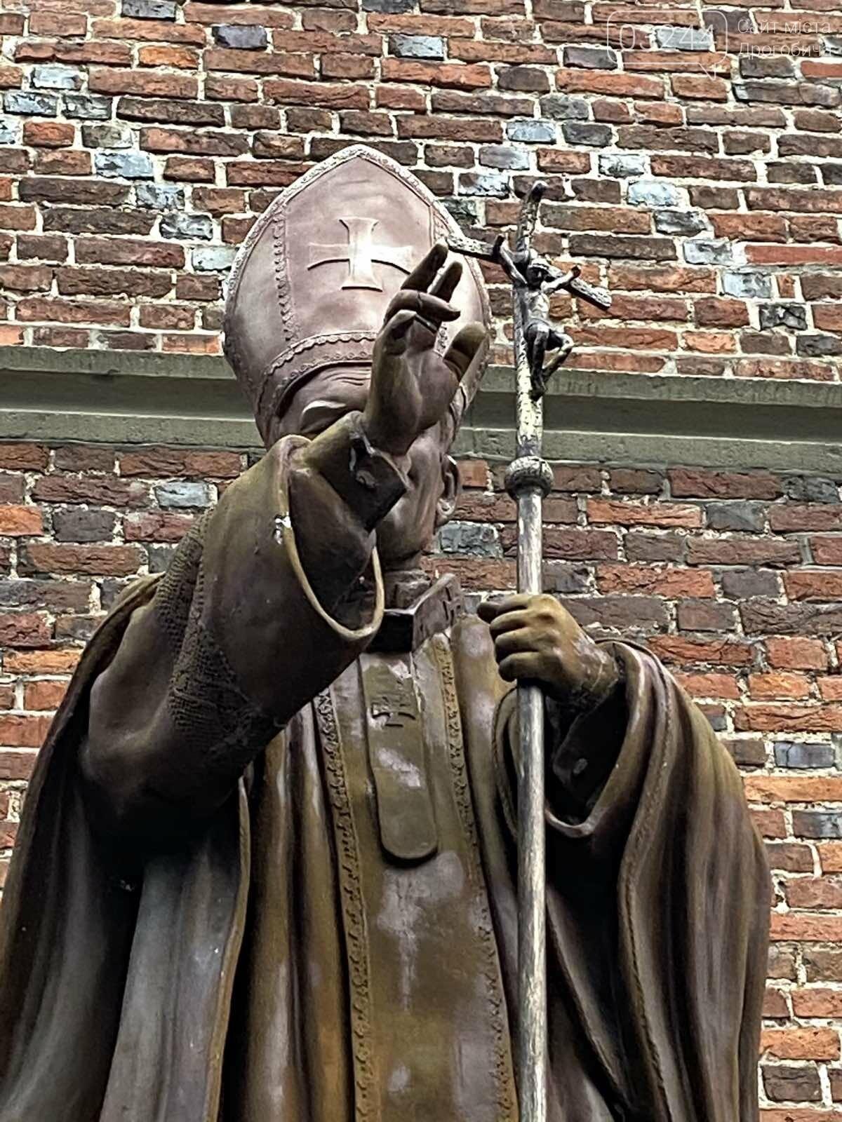 17 тисяч штрафу має заплатити дрогобичанин, який пошкодив  пам'ятник Івану Павлу ІІ, фото-2