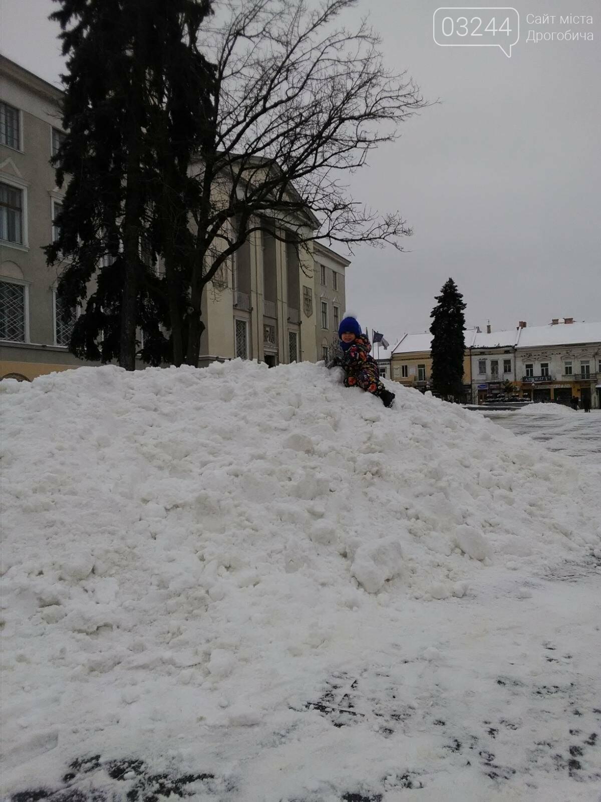 Фото дня: на Площі Ринок утворились снігові атракції для дітей, фото-1