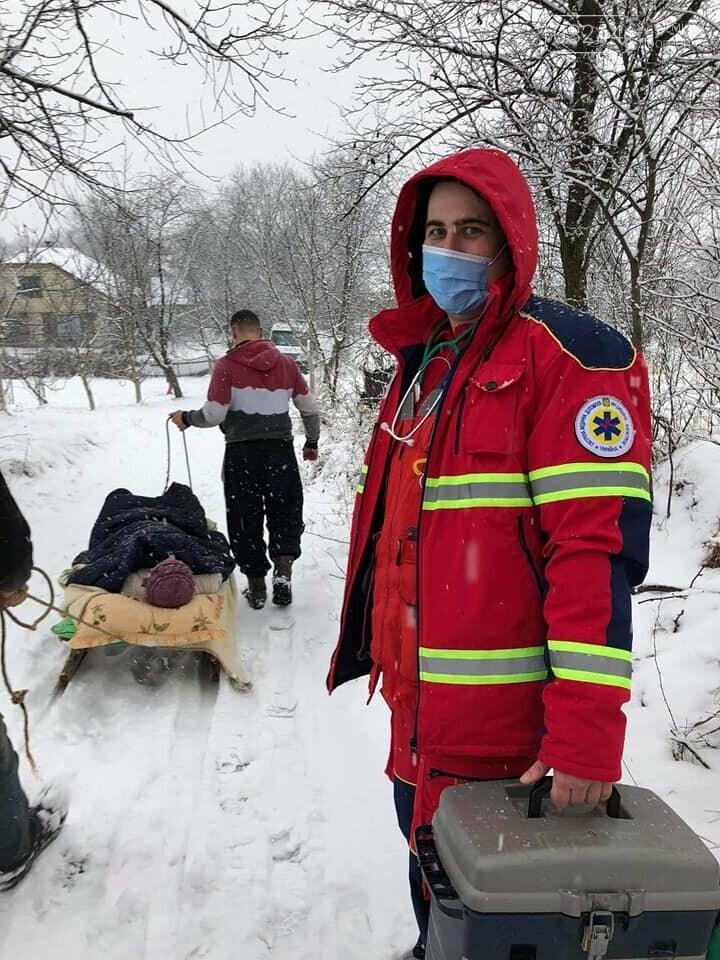 Медики «швидкої» на Львівщині везли хвору з інфарктом 600 метрів саньми, фото-2