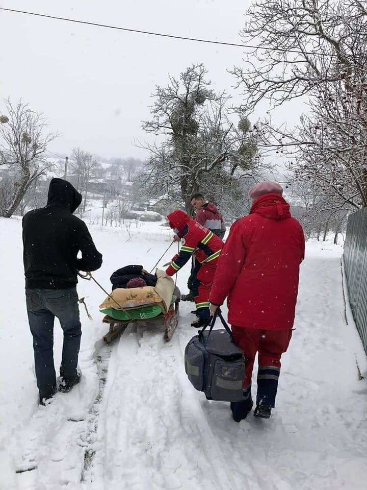 Медики «швидкої» на Львівщині везли хвору з інфарктом 600 метрів саньми, фото-1