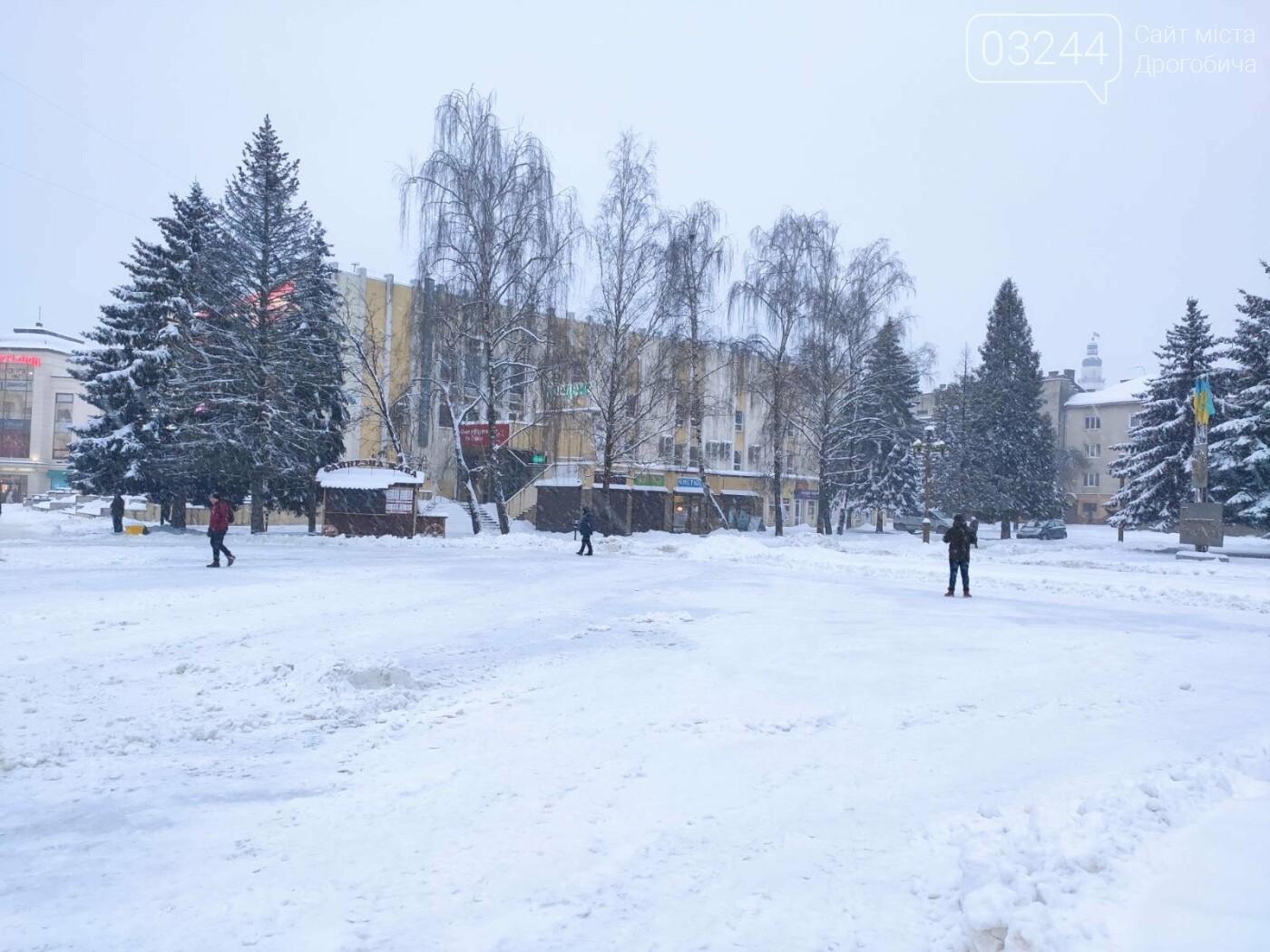 У Дрогобичі на площі Тараса Шевченка розгортають тимчасовий пункт обігріву, фото-1