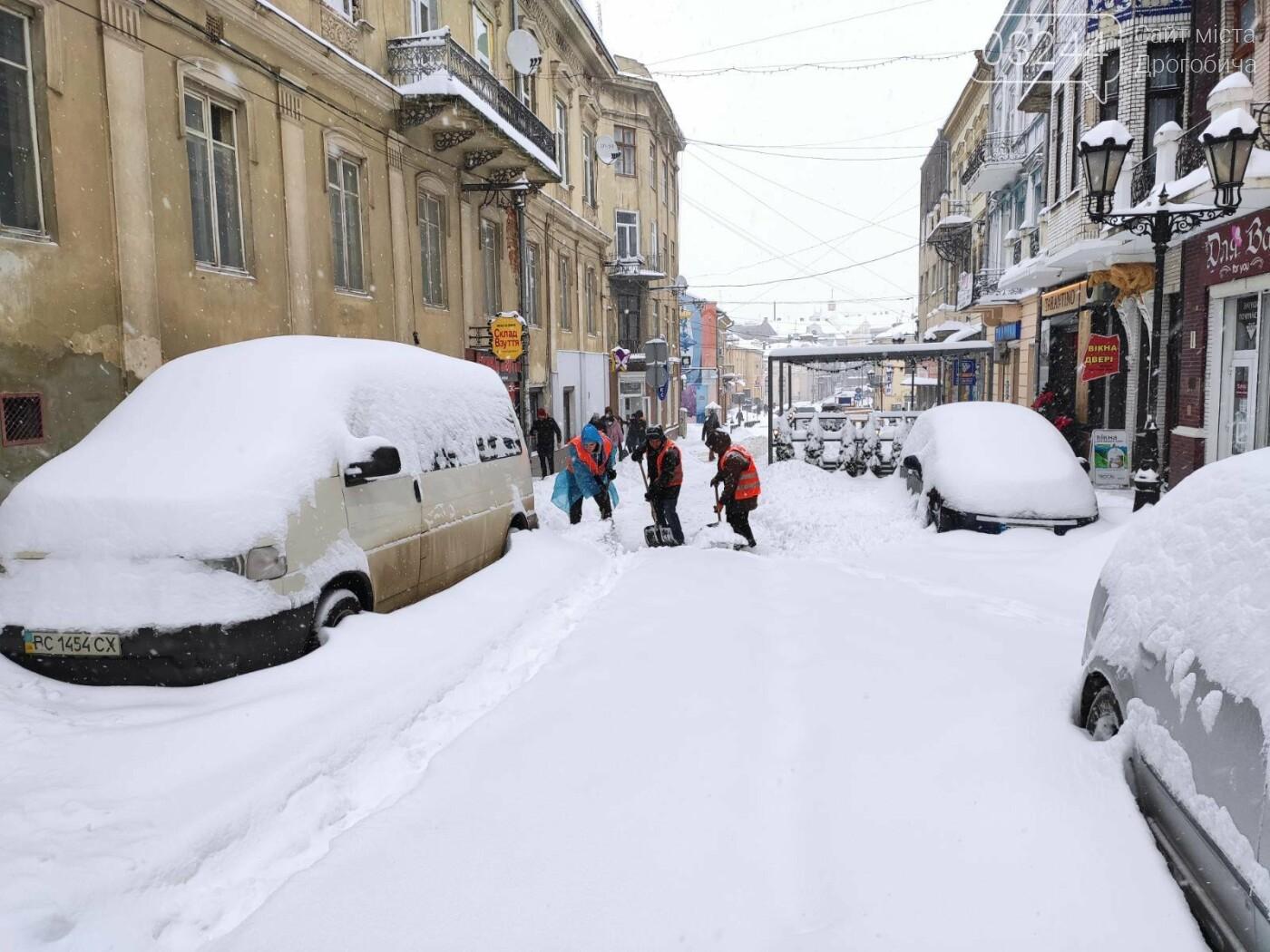 У сніговій пастці – негода випробовує Дрогобиччину. Не всім сьогодні вдалося потрапити на роботу та до школи, фото-25