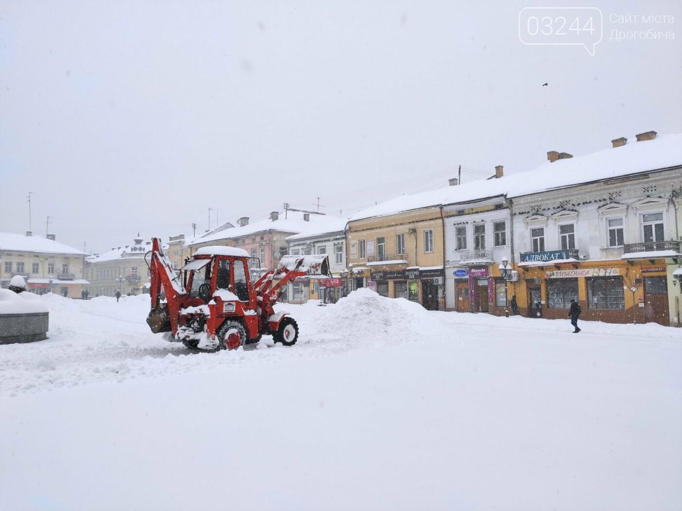 У сніговій пастці – негода випробовує Дрогобиччину. Не всім сьогодні вдалося потрапити на роботу та до школи, фото-24