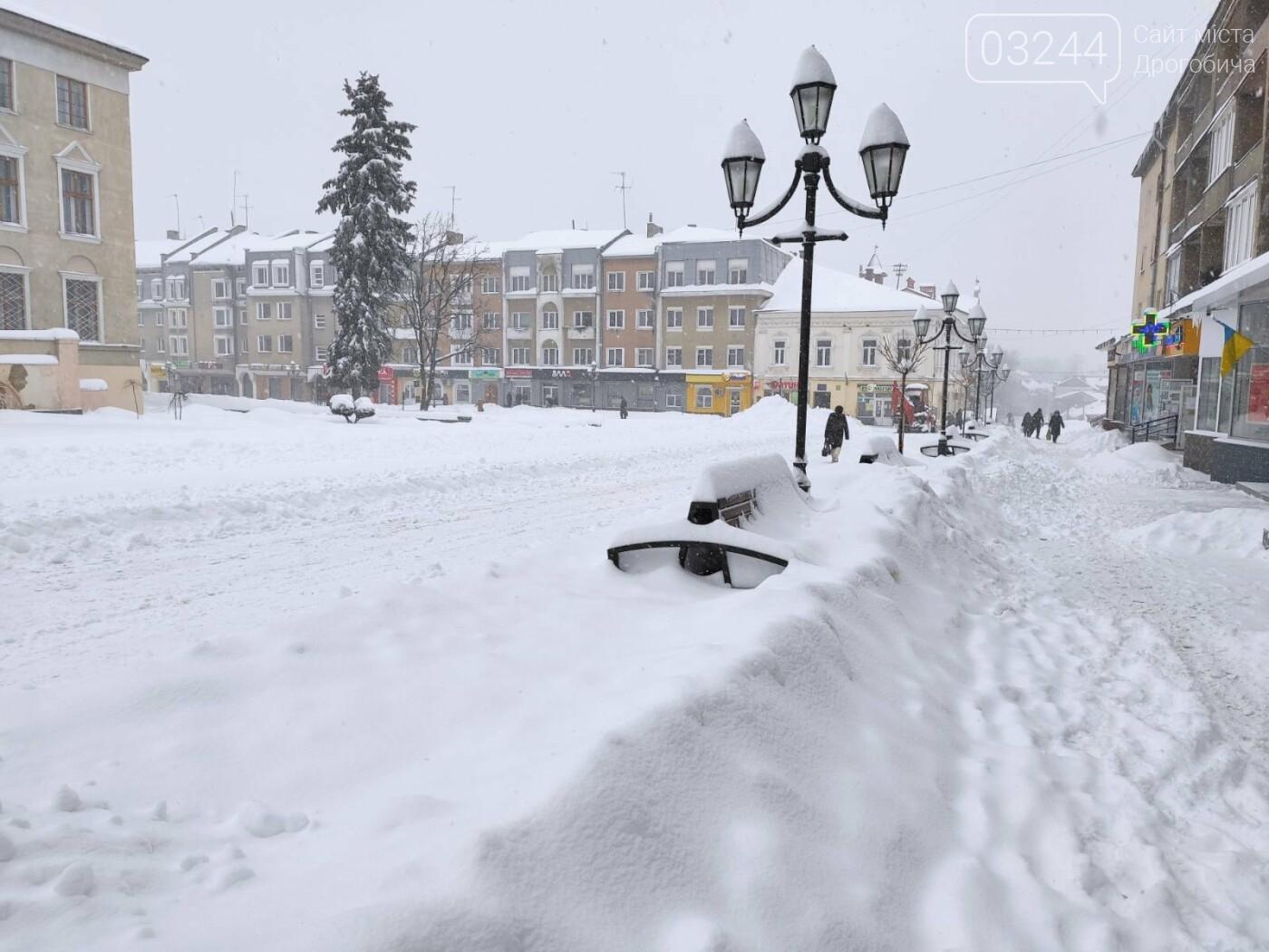 У сніговій пастці – негода випробовує Дрогобиччину. Не всім сьогодні вдалося потрапити на роботу та до школи, фото-20