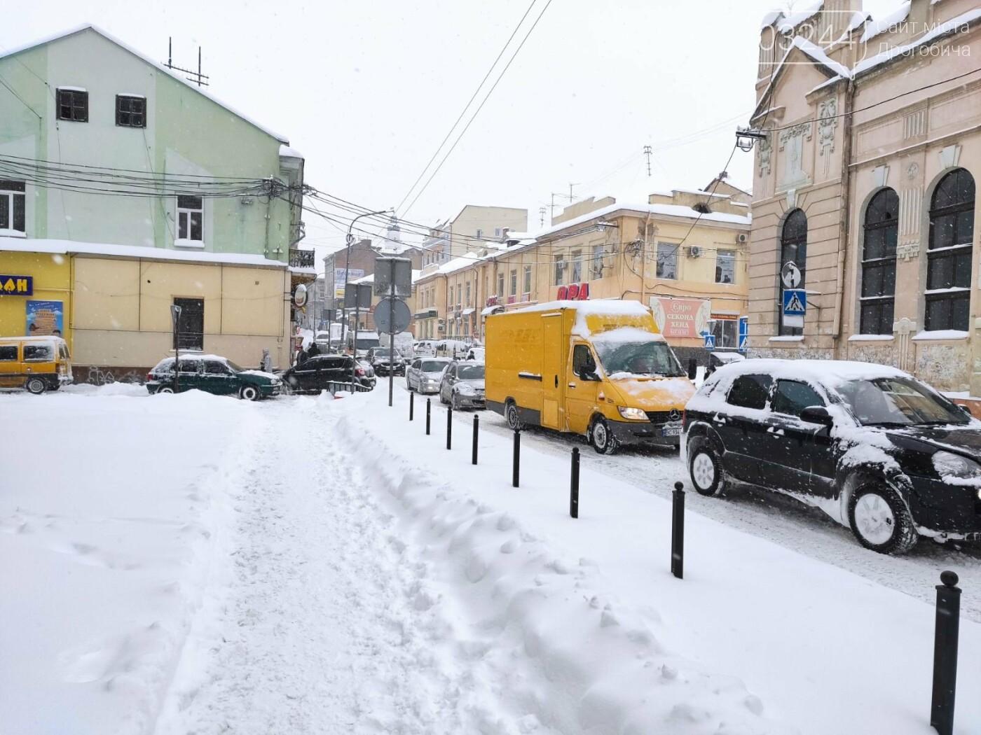 У сніговій пастці – негода випробовує Дрогобиччину. Не всім сьогодні вдалося потрапити на роботу та до школи, фото-13