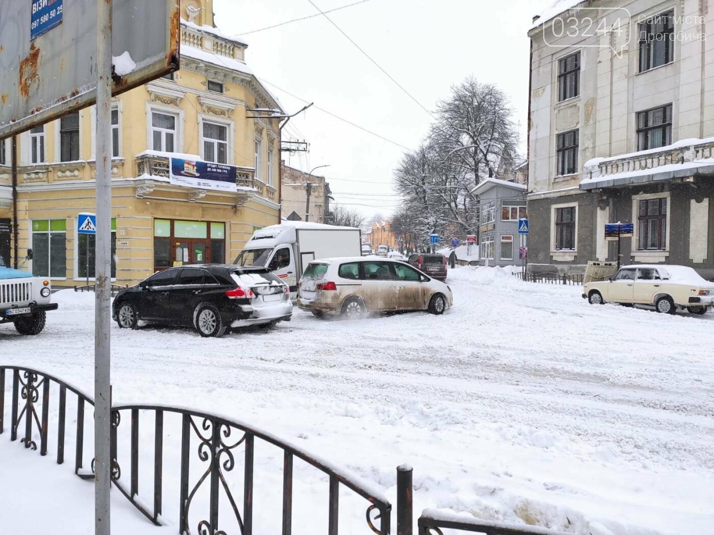 У сніговій пастці – негода випробовує Дрогобиччину. Не всім сьогодні вдалося потрапити на роботу та до школи, фото-14