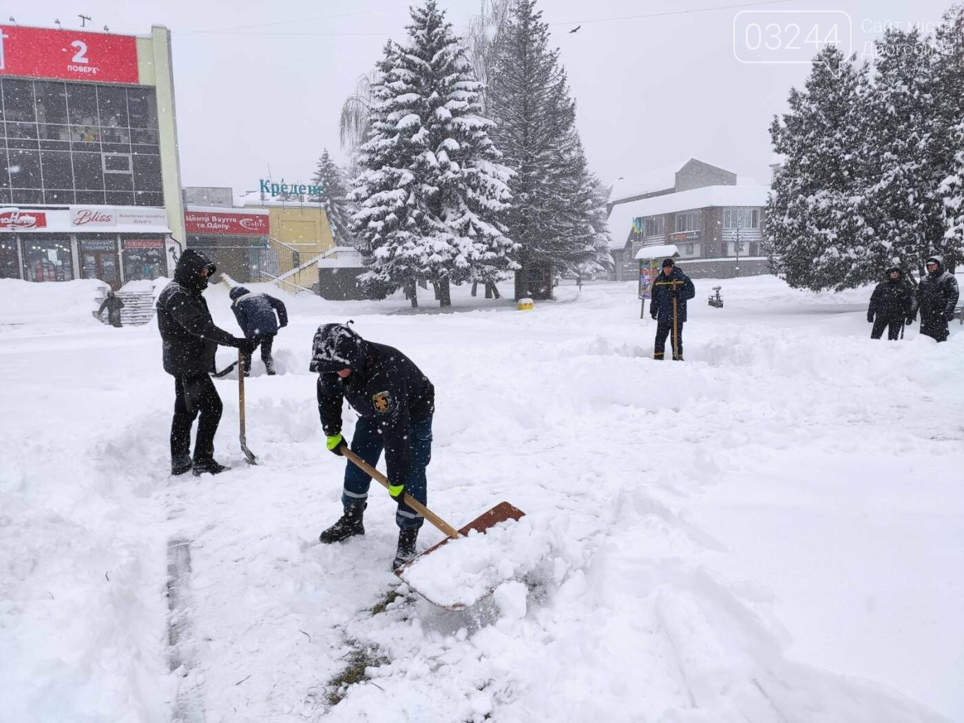 У сніговій пастці – негода випробовує Дрогобиччину. Не всім сьогодні вдалося потрапити на роботу та до школи, фото-26