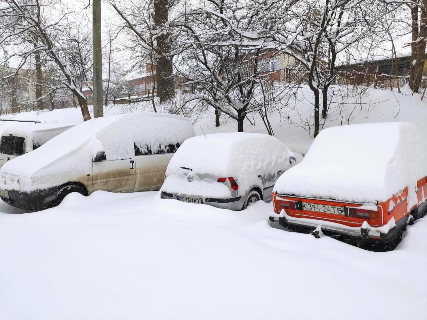 У сніговій пастці – негода випробовує Дрогобиччину. Не всім сьогодні вдалося потрапити на роботу та до школи, фото-3