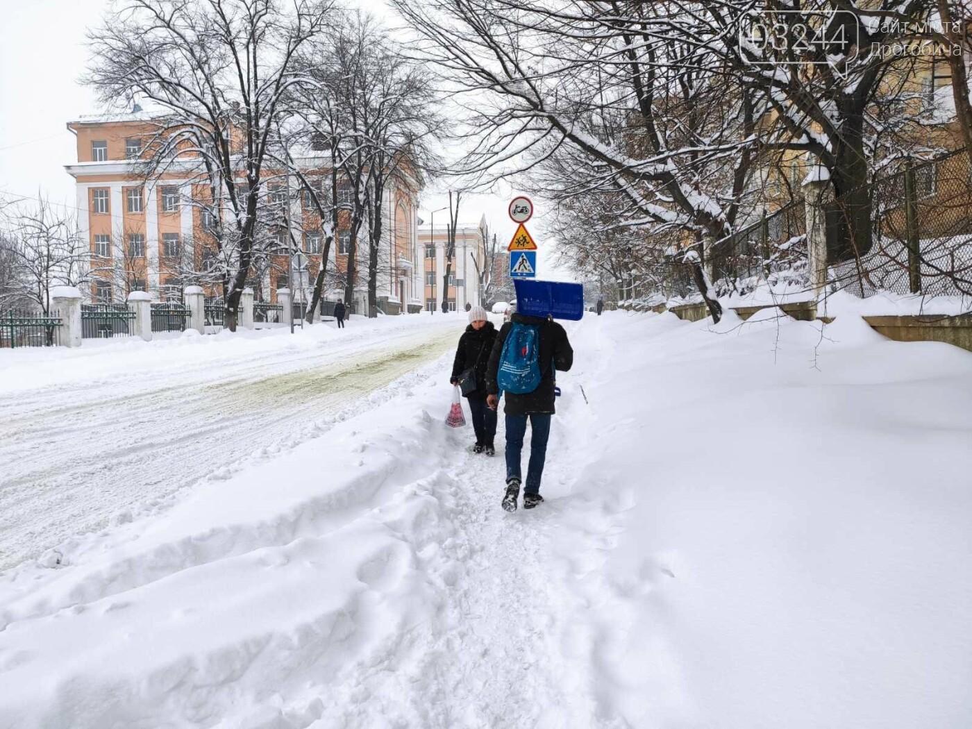 У сніговій пастці – негода випробовує Дрогобиччину. Не всім сьогодні вдалося потрапити на роботу та до школи, фото-10