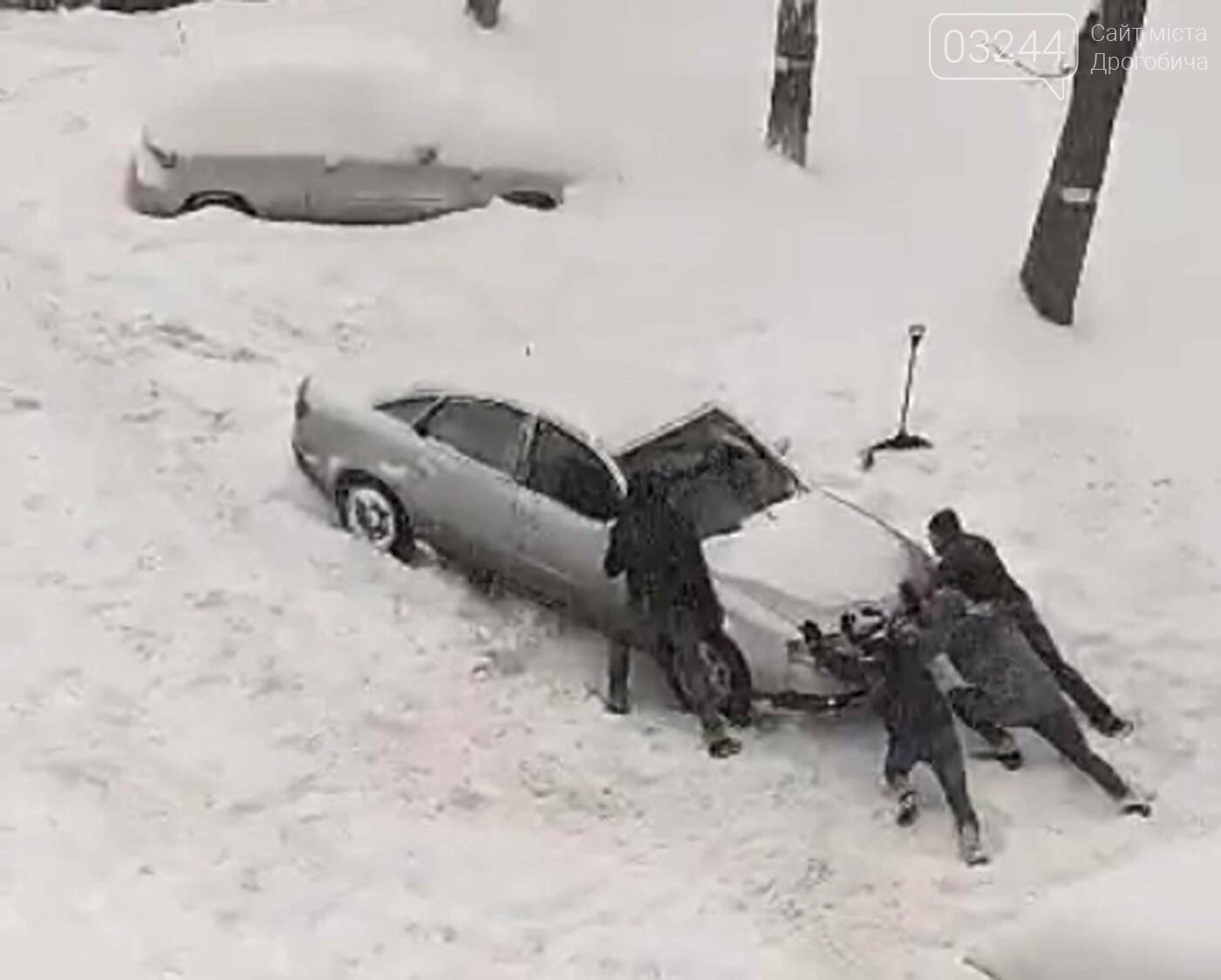 У сніговій пастці – негода випробовує Дрогобиччину. Не всім сьогодні вдалося потрапити на роботу та до школи, фото-29