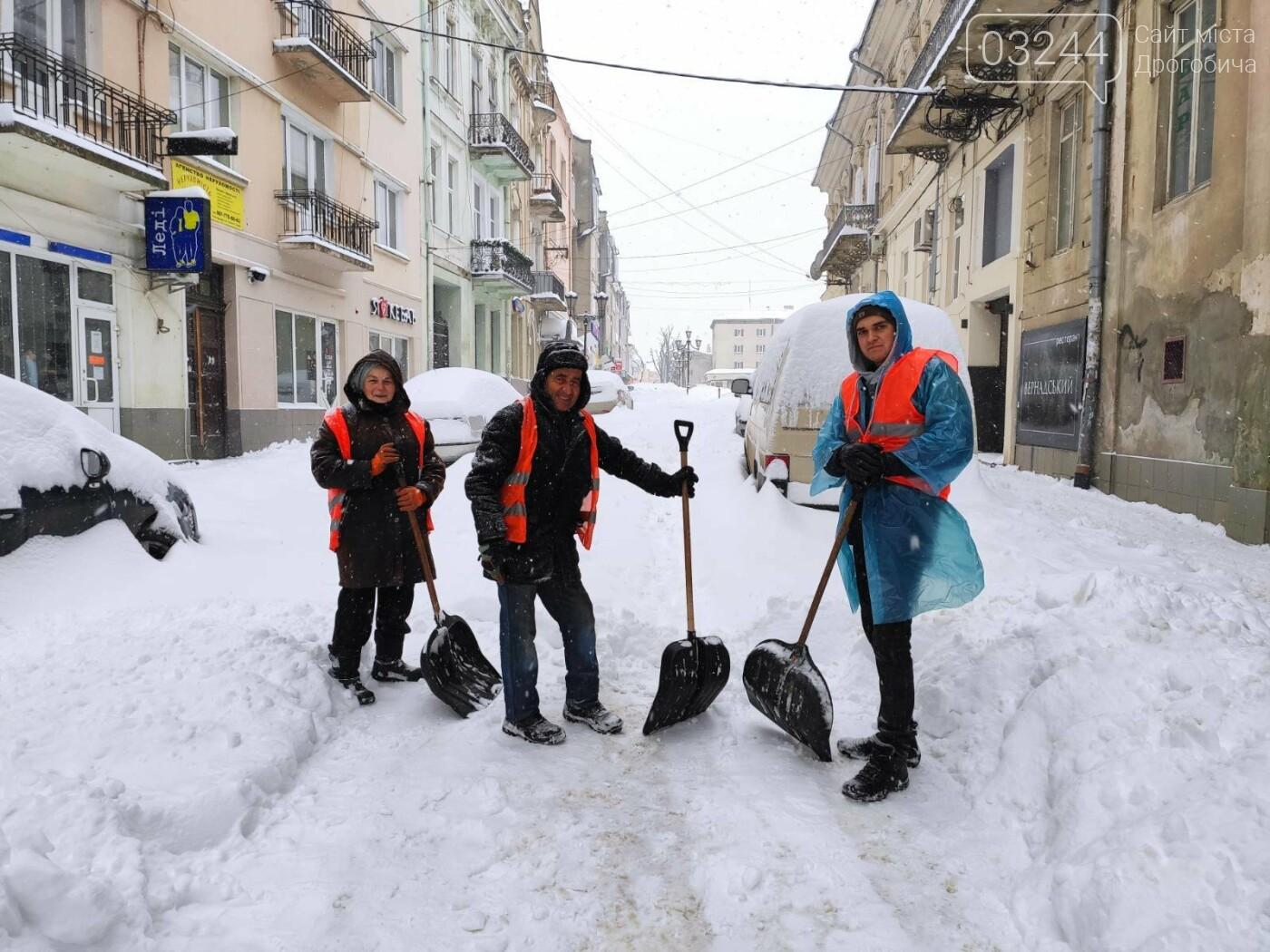 У сніговій пастці – негода випробовує Дрогобиччину. Не всім сьогодні вдалося потрапити на роботу та до школи, фото-30