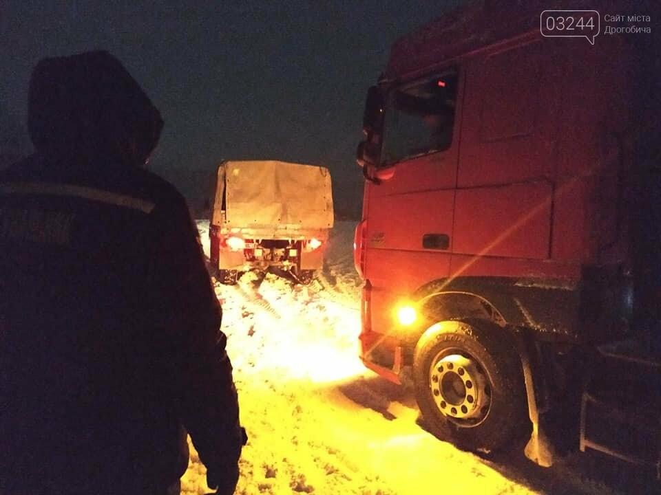 Надзвичайники та пожежники Дрогобича усю добу витягали із заметів автівки, швидкі та важкогабаритний транспорт, фото-1