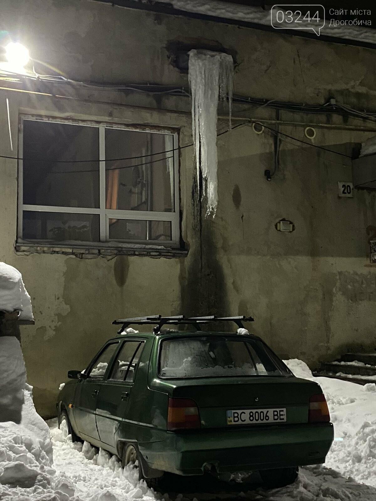 Обережно: з дахів звисають величезні бурульки, - ФОТО, фото-1