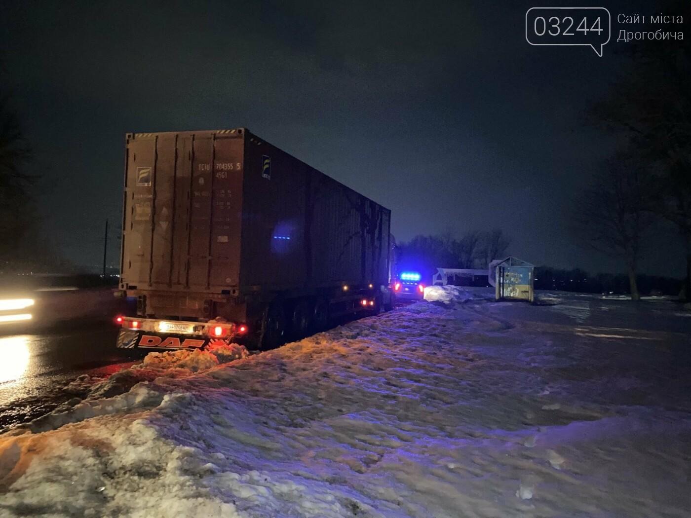При в'їзді у Дрогобич ледь не перевернулась фура, фото-3