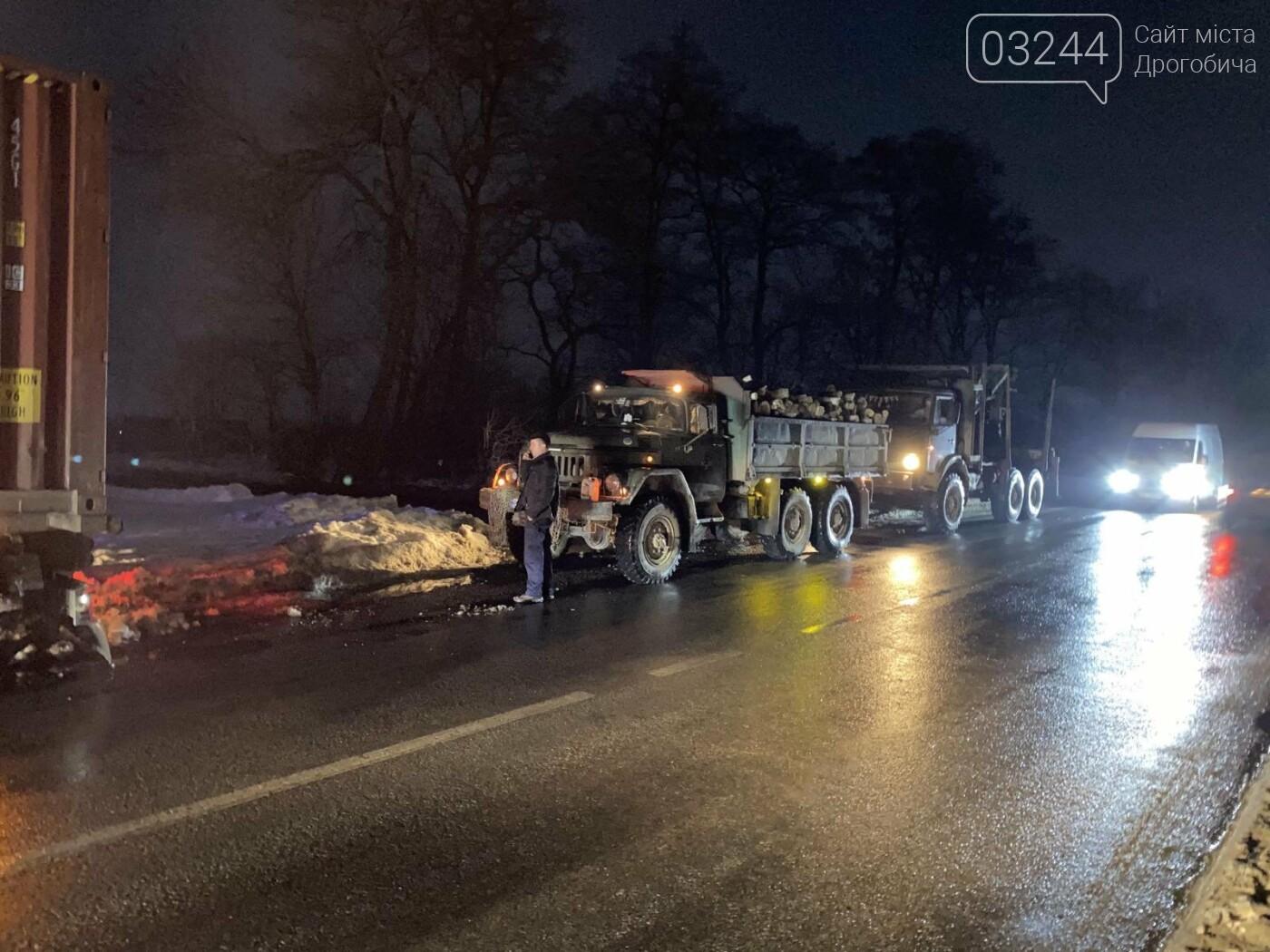При в'їзді у Дрогобич ледь не перевернулась фура, фото-6