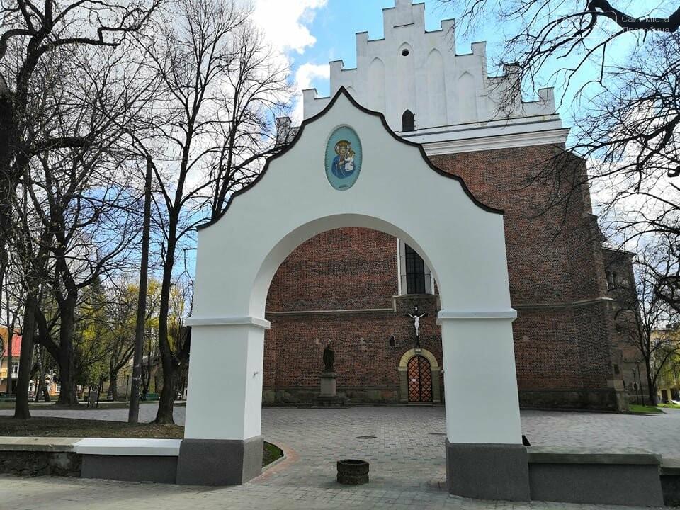Біля костелу Святого Варфоломія відреставрували старовинну арку, фото-2