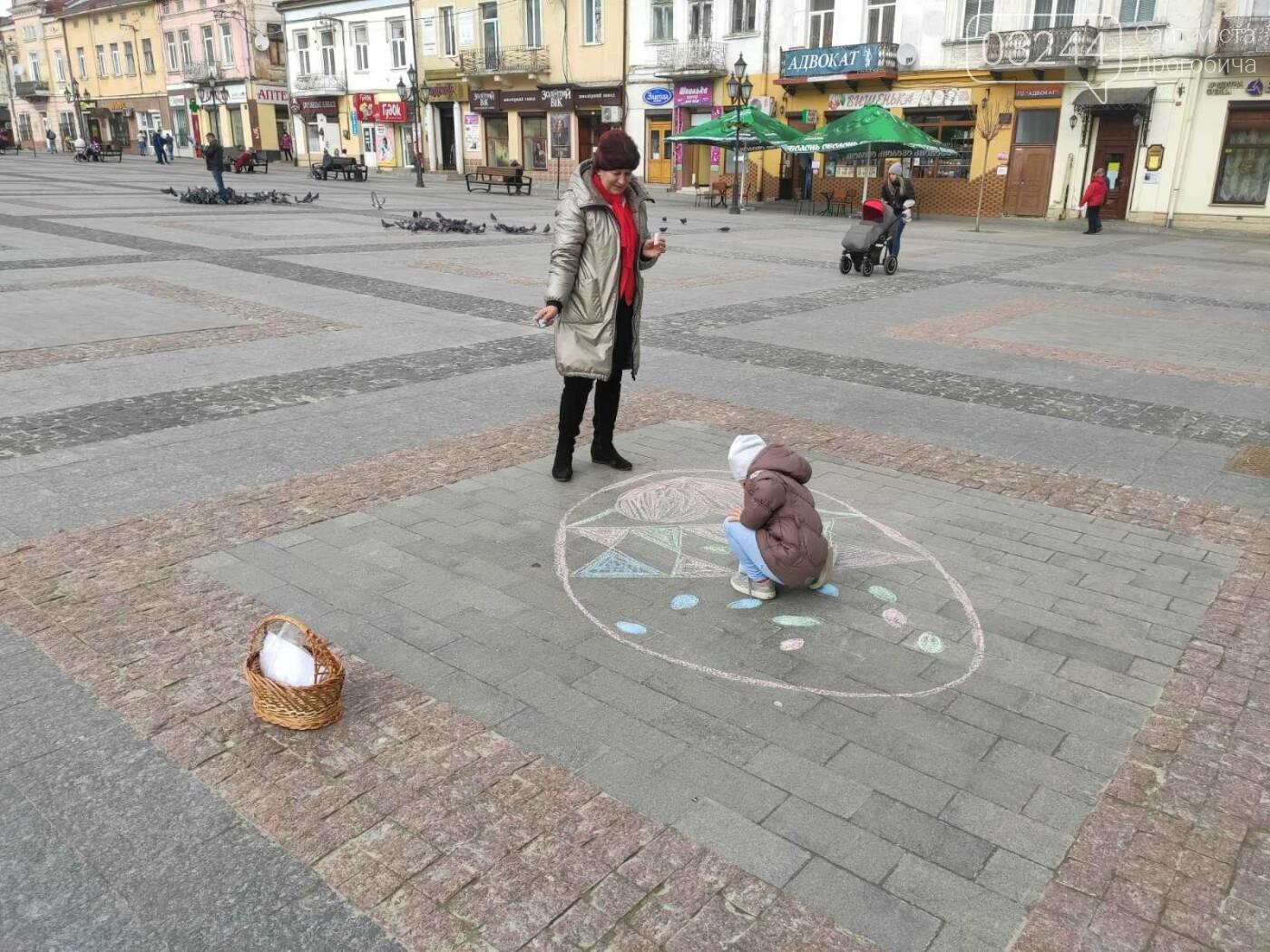Дрогобич розцвів писанками: місто прибрали до Великодня, - ФОТО, фото-15