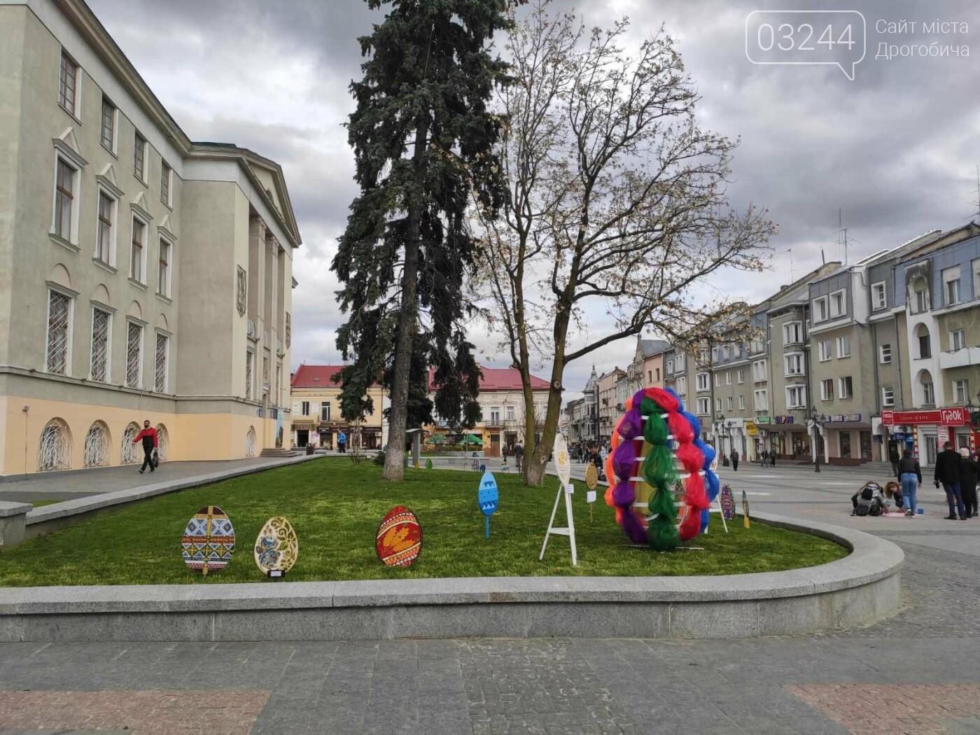 Дрогобич розцвів писанками: місто прибрали до Великодня, - ФОТО, фото-9