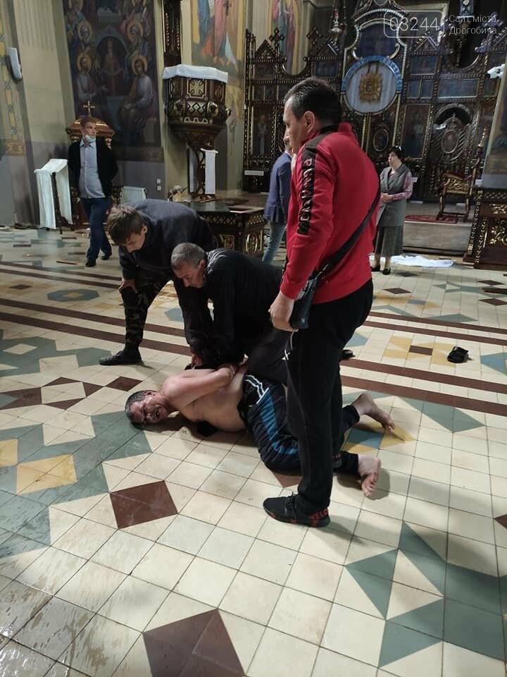Трощив церковне майно та налякав людей – у храмі Святої Трійці затримали неадекватного чоловіка, фото-1