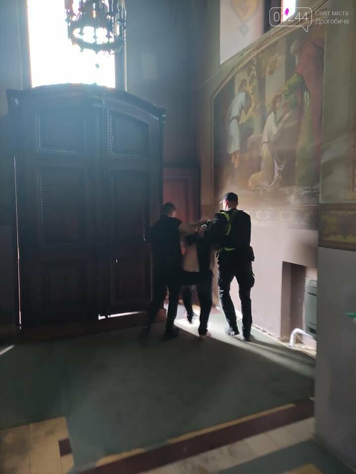 Трощив церковне майно та налякав людей – у храмі Святої Трійці затримали неадекватного чоловіка, фото-3