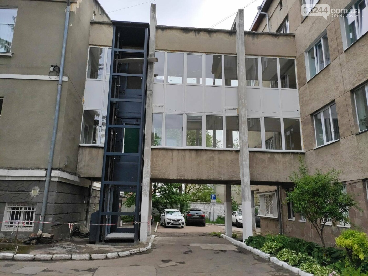 Осучаснюють: КНП «Дрогобицька поліклініка» встановлює зовнішній ліфт для маломобільних груп населення, фото-1