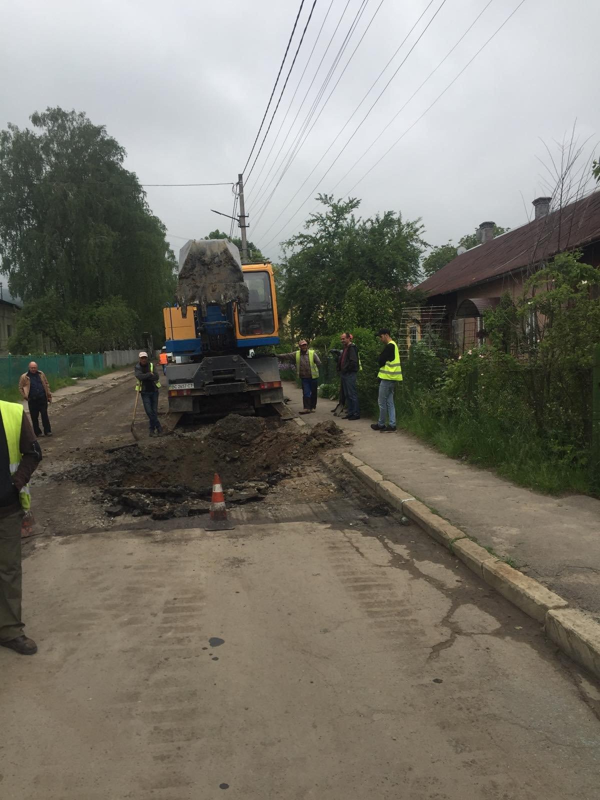У Бориславі  посеред вулиці утворилося провалля, фото-4